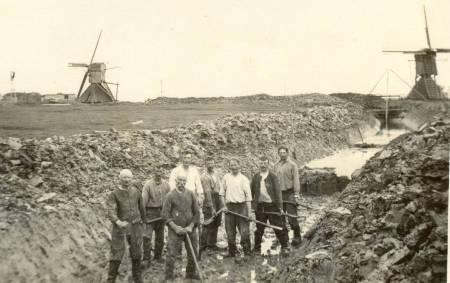 Gravers op Aaksens.v.l.n.r. 1. PieterKamstra. 2. Teake kooijenga. 3. Harmen de Boer, 4. Willem Louwsma, 5. Meindert van der Wal. 6 Willem Kuiper. 7. Meindert Rypma. 8 voorgrond Eade Bijlsma.
