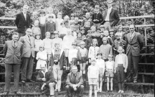NR 873 CVO schoolreisje op tribune voor bos ca 1968