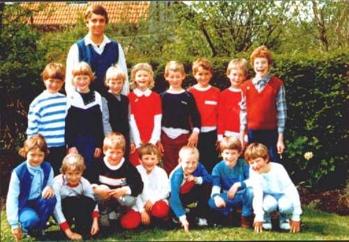De 1e en 2e klas van de Basisschool Tjerkwerd 1982