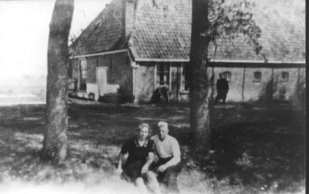 """""""PytsjePôle """"Fam. Tolsma. Jouke Tolsma in de vensterbank, aan de andere kant van de boom, zijn vrouw Richtsje Tolsma Hendriksma. En het verliefde paar: Tjitske Haitsma, en Ynte Tolsma."""