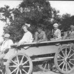 NR414 Samen op een boerewagen bij Nanna de Boer