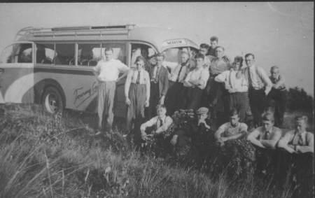 C.J.V. Tjerkwerd met autobus op reis