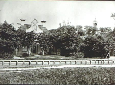NR029 De Herv. Pastorie van voor 1888. en de kerk met koepel