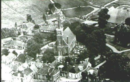 NR043 Luchtfoto van het rondje Kerk in 1950
