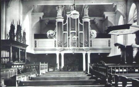 NR045 Interieur van de Kerk. Met nog banken in het midden.