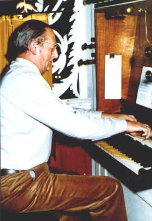 NR046 Organist Sietse Wiebren de Jong achter het orgel van de Ned. Herv. Kerk te Tjerkwerd.