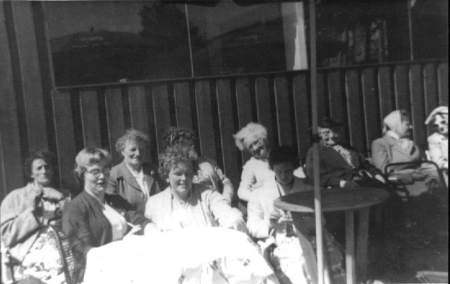 NR932 Vrouwen Vereniging Tjerkwerd-Dedgum Onder Parasol