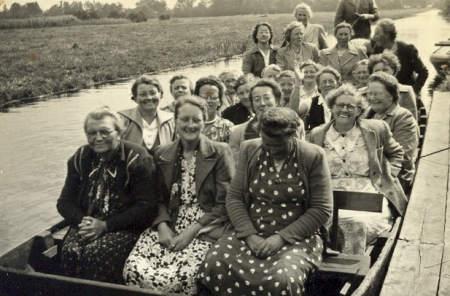 NR939 Vrouwen Vereniging Tjerkwerd-Dedgum in boot