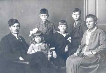 Eise Feenstra, Boukje, Klaas, Johannes, Bate, en mem Marije Bate's Aukema.Eise Feenstra wie timmerman yn Parregea