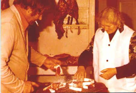Binke en Tjitske in de slagerij