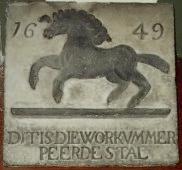 de gevelsteen in Bolsward. Deze is nu in het stadhuis museum in Bolsward.