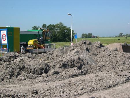De asfalt laag wordt aan gebracht