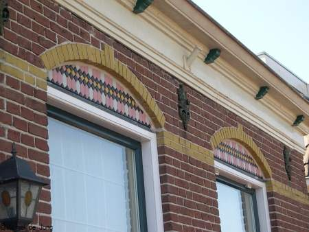 Van een oud winkel raam zijn er weer twee van gemaakt.