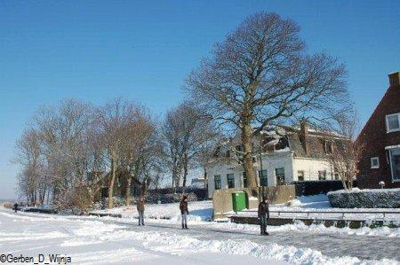 winterwille en in moai plaatsje foto Gerben D Wijnja
