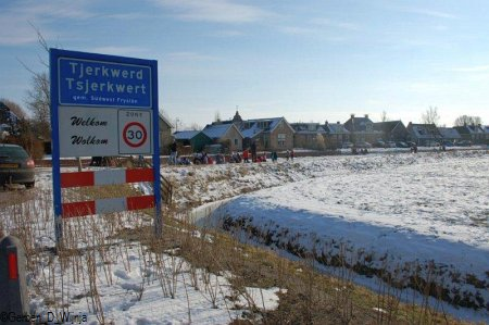 1. Wolkom riders op it iis fan Tsjerkwert. Drokte op sneon 12 febrewaris. Foto: Gerben D. Wijnja