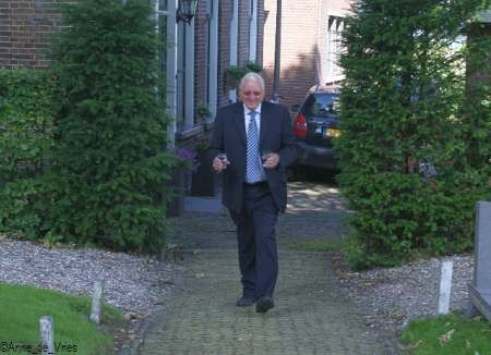 Koster Michiel de Jong met 2 glaasjes water